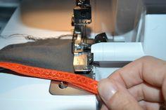 Tutorial con un truco para cuadrar bien los bordes al coser una pieza que lleva FOE en la overlock - Hilos y Más Lidl, Foe, Singer, Videos, One Piece, Accessories, Singers, Video Clip