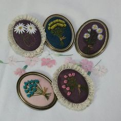 새로 만든 브로치들... #hand flower embroidery brooch #장미자수 브로치 #야생화자수 브로치