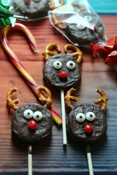 Looking for an easy and fun Christmas cookie recipe this holiday season? You'll love these homemadeRudolph the Reindeer Christmas Cookie Pops! They're fun