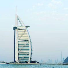 El hotel Burj Al Arab es el nombre de este lujoso hotel que podemos traducir como la torre de los árabes una maravilla en forma de vela de un bote. Como todo lo que tiene Dubai es sinónimo de riqueza y poder nosotros no nos alojamos aquí pero sin duda tiene que ser una experiencia única. #dubai #burjalarab #travelphotography #travelblogger #blogdeviajes #volveremospronto #nosencanto Burj Al Arab, Dubai, Instagram, Wealth, Shape, Dinghy, You Are Awesome, Towers