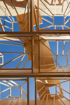 A total of 56 skylights are installed with a side length of four meters and a depth of three meters, which are inclined at different angles and offset to each other. In this way they make optimum use of direct light irradiation and provide the entire playing field with uniform daylight. #ceiling #sporthall #daylight #light #timber #construction #architecture Halle, Timber Architecture, Sport Hall, Skylights, Secondary School, Angles, Purpose, Ceiling, Construction