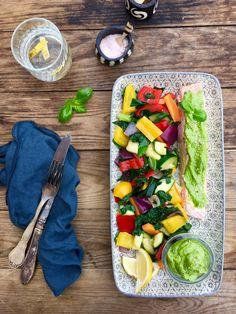 Perfekt dampet laks med stegte grøntsager og cremet avocado-pesto. Lækker og sund aftensmad. Opskrift her: Pesto, Avocado, Lchf, Fish Recipes, Cobb Salad, Low Carb, Cheese, Food, Lawyer