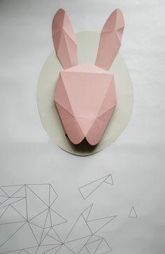 Rabbit Originální dekorace na zeď. Králík je vyrobený z kvalitního papíru, který udržuje dlouhodobě svou barvu. Dekoraci je možné upevnit za kovové kroužky, které jsou umístěny z druhé strany v oblasti uší. Velikost -výška: 58 cm, šířka: 40 cm.