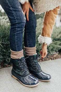 (paid link) outfits to wear following timberlands. *Read more details by clicking on the image. Best Winter Boots, Winter Boots Outfits, Casual Boots, Ladies Winter Boots, Duck Boots Outfit, Women's Boots, Sweater Boots, Womens Fall Boots, Outfits