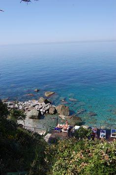Il solarium e la spiaggia sul mare delle Cinque Terre