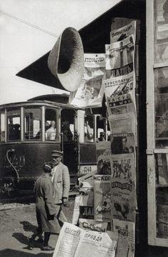 Alexander Rodchenko's photograph of a radio newsstand, Soviet Union, 1929 Alexander Rodchenko, Old Pictures, Old Photos, Vintage Pictures, Vintage Photography, Street Photography, Russian Constructivism, Kazimir Malevich, Harlem Renaissance