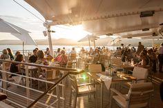 """OPEN AIR    Genießen Sie das Frühstück auf der Veranda des """"Yacht Clubs"""" auf einer Kreuzfahrt mit der EUROPA2.    Enjoy breakfast on the veranda of the """"Yacht Club"""" while on a cruise with EUROPA2.  Foto: © Hapag-Lloyd Cruises"""
