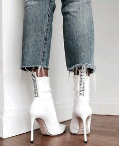 These white boots serve up EDITORIAL. - MihaBalan - Style and Scandinavian lifestyle tips - - These white boots serve up EDITORIAL. - MihaBalan - Style and Scandinavian lifestyle tips Streetwear Mode, Streetwear Fashion, 90s Fashion, Fashion Shoes, Womens Fashion, Sneakers Fashion, Shoes Sneakers, Jeans Fashion, School Fashion
