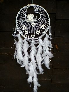 Beautiful And Stunning Dream Catcher Ideas The legend of a dream catcher is originated from the American Indian Tribe. These days, dream catches are loved by most native Amaricans not just for its magic power but also for the decorative function. Dream Catcher Decor, Dream Catcher Mobile, Beautiful Dream Catchers, Diy Tumblr, Creation Deco, Diy Presents, Diy Holz, Crafty Craft, Crafting