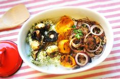 STROGONOFF DE TERNERA con cebolla roja y aros de calabaza, acompañado de arroz con salsa de champiñones.