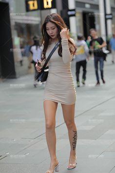 【凯恩赛贴】包臀美眉性感长腿-魔镜原创摄影-魔镜街拍_魔镜原创_原创街拍_高清街拍_街拍美女_搭讪美女_紧身美女_遇到最好的街拍摄影作品! Korean Girl Fashion, Asian Fashion, Girls Short Dresses, Girls Are Awesome, Asian Street Style, Mode Chic, Cute Girl Outfits, Cute Asian Girls, Summer Fashion Outfits