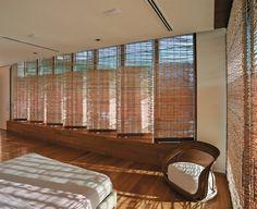 Cortinas de fbra natural fltram a luz e, através dos refexos, criam diferentes experiências visuais e sensações na suíte.