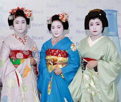 Geishas  | Geishas Art Costume, Costume Makeup, Memoirs Of A Geisha, Makeup Designs, Makeup Routine, Classical Music, Fascinator, Snow White, Sari
