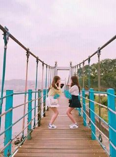 Girl Group Pictures, Poses For Pictures, Ulzzang Korean Girl, Ulzzang Couple, Travel Pose, Bff Girls, Korean Best Friends, Girl Couple, Best Friend Pictures