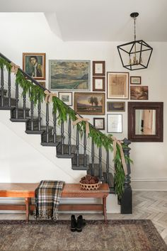 Decorating Stairway Walls, Stairway Gallery Wall, Wall Design, House Design, I Spy Diy, Staircase Makeover, Entryway Wall, House Styles, Vintage Art
