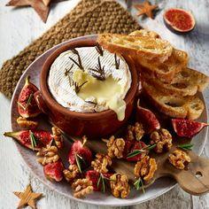 Hornear queso Camembert es siempre un acierto, pues suele ser un aperitivo que triunfa por sí solo, por el sabor y la cremosidad que nos confiere este queso y porque untado sobre unas tostadas de buen pan, con el toque dulce de alguna mermelada o fruta, es delicioso. En este caso, introducimos la pieza entera en el horno, utilizando su calor para tostar el pan al mismo tiempo y los higos, que son la combinación que nosotros hemos elegimos. Pero, si lo prefieres, puedes acompañarlo con una… Queso Camembert, Tostadas, Fine Dining, New Recipes, Dairy, Desserts, Food, Chocolate Desserts, Baking