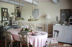 La salle à manger d'un mas dans la campagne aixoise