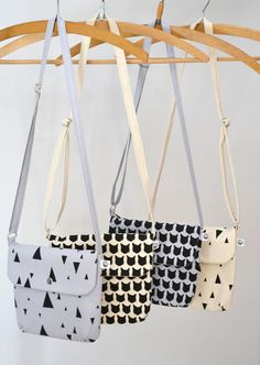 Kleine Umhängetasche mit Dreiecks- oder Katzendruck // small bag with triangle or cat print by by elhe. via DaWanda.com