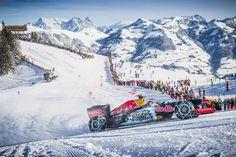 Performance spettacolare di una monoposto della Red Bull che si scatena sulla neve con chiodi e catene.