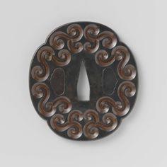 Anonymous | Hand guard, Anonymous, 1700 - 1900 | Mokko-vormige tsuba, opgebouwd uit 17 lagen van afwisselend shakudo en rood koper; aan beide zijden zijn in het shakudo-oppervlak diepe voluten uitgesneden, waardoor de verschillende lagen metaal zichtbaar zijn (guri-bori-techniek); de ryo-hitsu zijn opgevuld met shakudo.