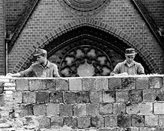 East German workmen reinforce the Berlin Wall by putting glass fragments on top of the brickets - pin by Paolo Marzioli West Berlin, Berlin Wall, Socialist State, Rare Historical Photos, After The Fall, East Germany, Berlin Germany, Cold War, World History