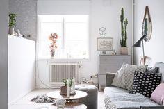 Roz prăfuit motive și textile naturale în decorul acestei garsoniere de 37m² unde dormitorul este separat de restul interiorului pri...
