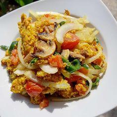 Csicseri rántotta Scrambled Eggs, Vegan Breakfast, Vegan Recipes, Vegan Food, Plant Based, Paleo, Chicken, Meat, Morning Sweetheart