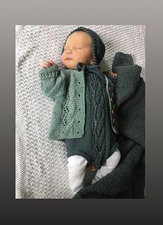 Ravelry: Bestemorbittens hentesett pattern by Britt Viken Baby Knitting Patterns, Merino Wool Blanket, Kids And Parenting, Ravelry, New Baby Products, Cross Stitch, Crochet Hats, Rompers, Children