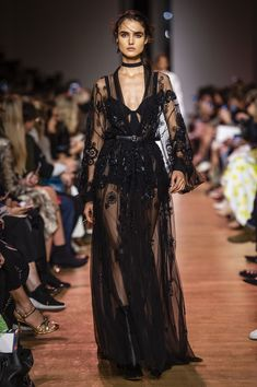 Elie Saab at Paris Fashion Week Spring 2019 - Runway Photos Style Haute Couture, Couture Fashion, Runway Fashion, Fashion Beauty, Fashion Show, Fashion Design, Elegant Dresses, Pretty Dresses, Beautiful Dresses
