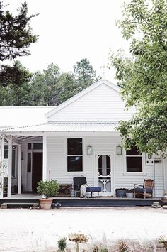 Home Renovation Exterior Our new book, Country Style Dream Homes, features an edit of Australia's best country houses. - Our new book, Country Style Dream Homes, features an edit of Australia's best country houses. Beach Cottage Style, Cottage Style Homes, Cottage House Plans, Country Style Homes, Country Houses, Country Cottages, Country Farmhouse, French Country, Cottage Porch