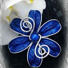 Bijou fleur artisanal avec capsules nespresso, sur ras de cou.