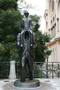 Escultura de David Cerny en homenaje a Franz Kafka