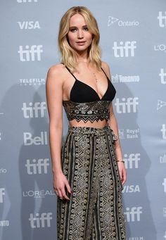 Jennifer Lawrence Rocks a Crop Top for 'mother!' Press Conference at TIFF Photo Jennifer Lawrence gets glam while doing more promo for her new movie mother!, this time at the 2017 Toronto International Film Festival! Happiness Therapy, Katarina League Of Legends, Jennifer Lawrence Photos, Actrices Hollywood, Celebs, Celebrities, Mode Outfits, Looks Style, Hollywood Actresses