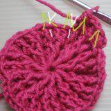 Zimní čepice s plastickým vzorem | Mimibazar.cz Crochet Cap, Knitted Hats, Diy And Crafts, Winter Hats, Knitting, Beanies, Crocheting, Tejidos, Tricot