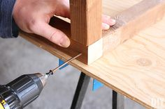 Add screw to attach pieces to the frame Adirondack Chair Plans, Outdoor Furniture Plans, Wood Furniture, Furniture Ideas, Backyard Projects, House Projects, Pallet Projects, Outdoor Bar Table, Table Bar