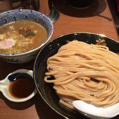 東京駅は東京ラーメンストリートの六厘舎つけ麺シュリンプ930円最初は普通に食べて豚骨魚介スープを味わい途中からシュリンプオイルを入れて楽しみましょう行列必至のお店ですが朝の7:3010:00までは朝つけ麺630円をやっていて比較的並ばずに食べる事ができますよ #東京 #tokyo #東京駅 #tokyostation #六厘舎 #rokurinsha #ラーメン #ramen #つけ麺#tsukemen #東京ラーメンストリート by tokyolucci