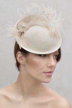 Wedding Feather Saucer Hat Mini felt Hat por MaggieMowbrayHats