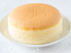 Ein Kuchen, der aus nur drei Zutaten besteht und nach dem Backen groß, luftig und einfach köstlich schmeckt: Das kann nur der japanische Käsekuchen sein, der derzeit durch das Web geistert. Wir haben das Trend-Rezept für Sie!