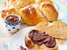 Avec les lectrices reporter de Femme Actuelle, découvrez les recettes de cuisine des internautes : Brioche tressée et sa pâte à tartiner choco-noisette