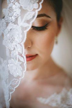 Ideia de fotografia de casamento: making off da noiva com a sua mantilha
