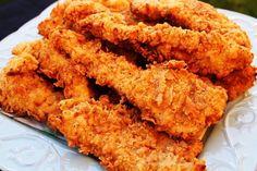 Il pollo fritto è un piatto classico americano che ormai spopola in tutto il mondo, pur avendo delle origini molto umili. Scopriamo insieme la ricetta per preparare in casa un pollo fritto croccante e gustoso e le sue varianti.