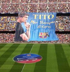 El Camp Nou s'emociona per dir adéu a Tito Vilanova - Diari Ara, 03/05/2014. Els Camp Nou s'ha acomiadat aquest dissabte de Tito Vilanova. Els futbolistes han saltat al terreny de joc amb una samarreta especial amb la inscripció 'Tito, per sempre etern' al centre del pit. Mentre sonava l'himne del Barça, els aficionats han desplegat un 'tifo' en la seva memòria. Abans del partit contra el Getafe, s'ha vist un vídeo al marcador que ha provocat els aplaudiments dels aficionats.