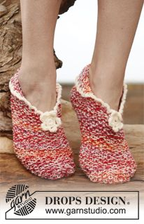 """Knitted DROPS slippers in seed st with crochet edge and flower in 2 strands """"Fabel"""". ~ DROPS Design"""