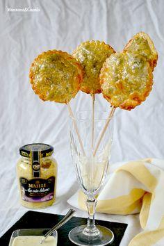 Piruletas de morcilla con manzana y salsa de mostaza al vino blanco.