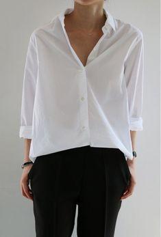 Oversized White Shirt for Minimal Style Outfits- Oversized White Shirt for Minimal Style Outfits Eva Tornado Oversized White Shirt for Minimal Style Outfits - Minimal Fashion, Work Fashion, Trendy Fashion, Street Fashion, Classic Fashion, Fashion Women, Minimal Outfit, Fashion Black, Unique Fashion