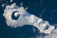 Un volcán dentro de una isla que está a su vez dentro de otra isla ¿Que dónde está? Pues en Onekotan, Rusia ¿Dónde si no? :-)