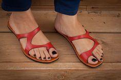 20 % Rabatt, kostenloser Versand, rotes Ledersandalen, rote Sandalen, asymmetrische Sandalen, Sommerschuhe, Flipflops, flache Sandalen von BangiShop auf Etsy https://www.etsy.com/de/listing/193434327/20-rabatt-kostenloser-versand-rotes