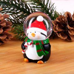 Kleine Schneekugel mit süßem Weihnachts Pinguin