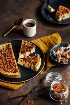 Le cheesecake d'aujourd'hui est un cheesecake qui nécessite donc une cuisson. L'appareil est léger (ricotta / fromage blanc) et aromatisé à la vanille. J'ai recouvert le dessus de sauce caramel et de caramels concassés. Vous pouvez aussi le servir nature ou avec un coulis de fruits rouges. Cheesecake Leger, Cheesecake Vanille, Pavlova, Bonbon Caramel, Sauce Caramel, Gateaux Cake, Ricotta, Mousse, Panna Cotta