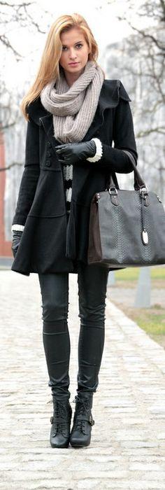 Abrigo, pantalones de cuero, bufanda y botas